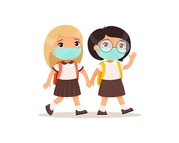 Uczennice chodzą do szkoły ilustracji wektorowych płaski. para uczniów z maskami medycznymi na twarzach, trzymając się za ręce na białym tle postaci z kreskówek. dwóch uczniów szkoły podstawowej z plecakami
