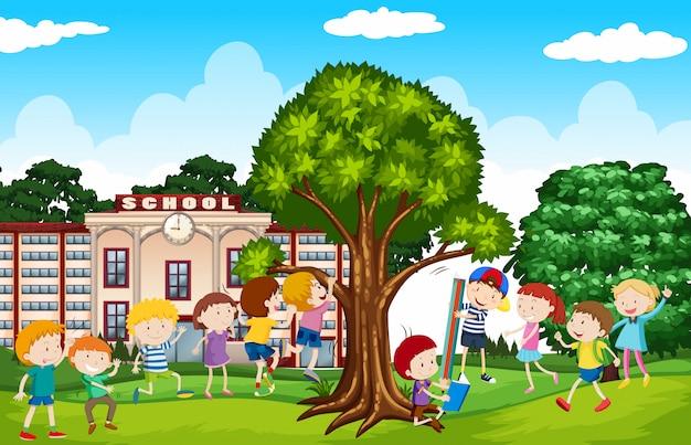 Uczniowie bawią się na podwórku szkolnym