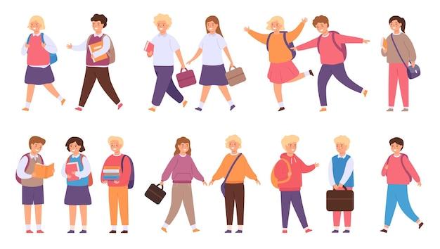 Uczniowie chodzą do szkoły. szczęśliwe dzieci w mundurkach z książką i torbą chodzą, rozmawiają i biegają w grupach. gimnazjum lub kolegium dzieci wektor zestaw. wesołe postacie kobiece i męskie z plecakiem