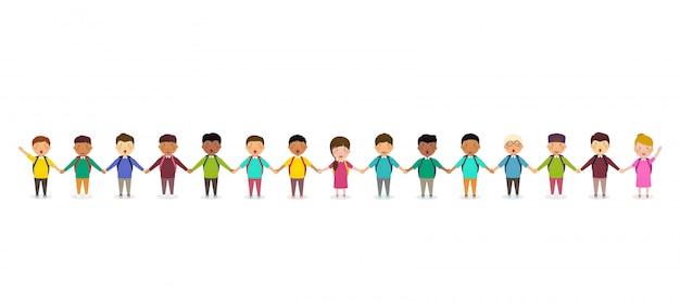 Uczniowie i dzieci trzymając się za ręce. grupa dzieci w wieku szkolnym stoi w rzędzie. szczęśliwy tłum uczniów na białym tle