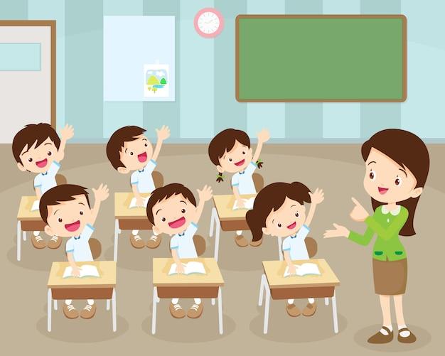 Uczniowie oddają rękę w klasie
