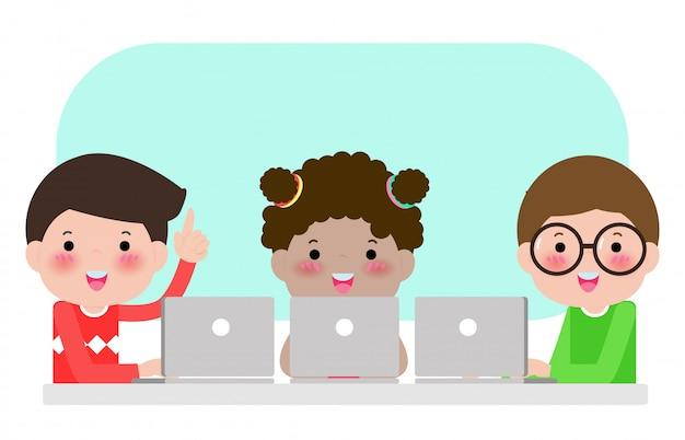 Uczniowie uczą się w klasie na komputerze przenośnym i tablecie, szczęśliwe dzieci siedzą przy laptopach i uczą się lekcji w szkole, dzieci używają gadżetów podczas lekcji w szkole podstawowej. ilustracja