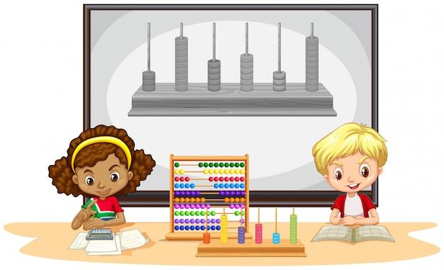 Uczniowie uczący się matematyki w klasie