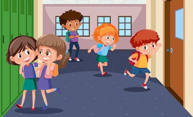 Uczniowie w korytarzu szkolnym