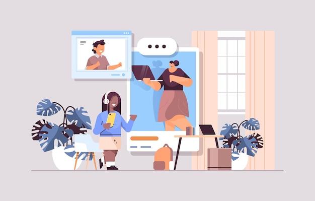 Uczniowie w oknach przeglądarki internetowej dyskutują z nauczycielem podczas rozmowy wideo samoizolacja komunikacja online