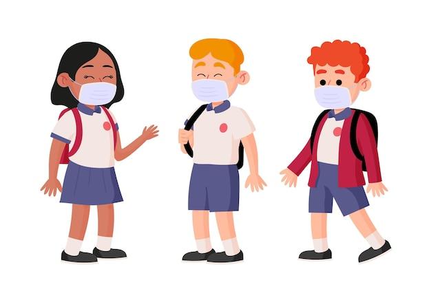 Uczniowie w różnych maskach