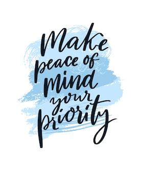Uczyń spokój swoim priorytetem. motywacyjny cytat o zaburzeniach lękowych, praktyce uważności. powiedzenie zdrowia psychicznego. odręczny tekst na niebieskim tle obrysów streszczenie.