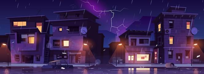 Ulica getta w nocy deszcz z piorunami, ruiny slumsów, opuszczone stare budynki zalane prysznicem.