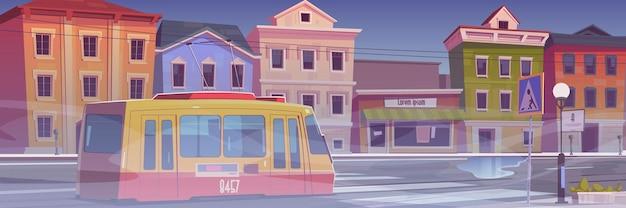 Ulica miejska z domami, tramwajem i białą mgłą. ponura mglista pogoda w mieście. ilustracja kreskówka miasta z tramwajem na pustej drodze samochodowej, budynki ze sklepami i mgłą