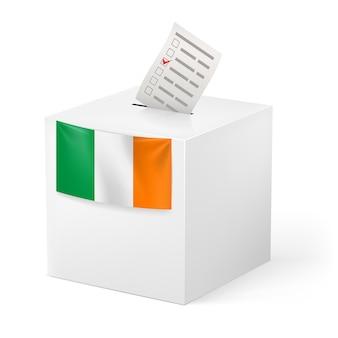 Urna z kartą do głosowania. irlandia