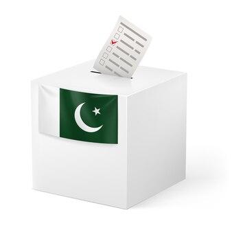 Urny z papieru do głosowania na białym tle
