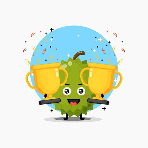Urocza maskotka duriana podnosi trofeum