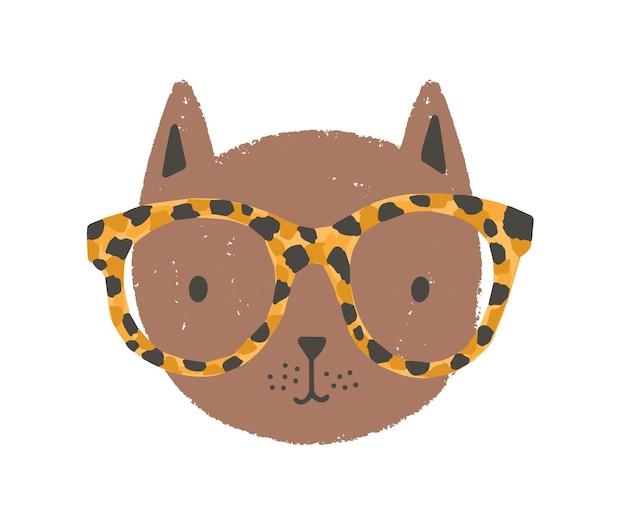 Urocza twarz lub głowa kota w okularach. śmieszne kreskówka pysk kotka na białym tle. dziecinna kolorowa ilustracja wektorowa w płaski na t-shirt lub bluzę dla dzieci.