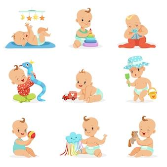 Urocze dziewczęce kreskówkowe dzieci bawiące się ich wypchanymi zabawkami i narzędziami rozwojowymi zestaw ślicznych szczęśliwych niemowląt