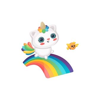Uroczy i zabawny kocur, kot i jednorożec uśmiecha się i biegnie wzdłuż tęczy obok ptaka. caticorn fantasy i magiczna postać z ptakiem i tęczą. kreskówka na białym tle.