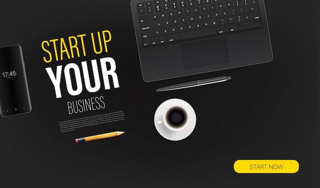 Uruchom szablon swojej strony docelowej promocyjnej firmy za pomocą laptopa i przykładowego tekstu. widok z góry