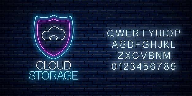 Usługa przechowywania w chmurze świecący neon z alfabetem na tle ciemnego ceglanego muru. symbol technologii internetowej z tarczą i chmurą. ilustracja wektorowa.