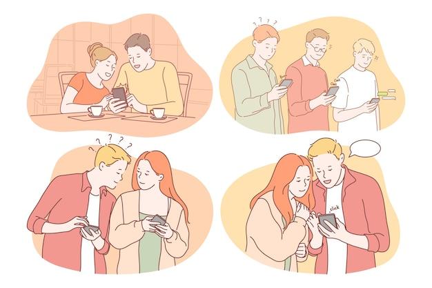 Uśmiechnięci nastoletni chłopcy i dziewczęta za pomocą smartfonów