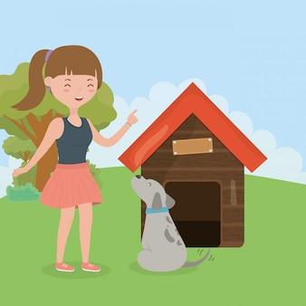 Uśmiechnięta dziewczyna z psem i domową opieką dla zwierząt domowych