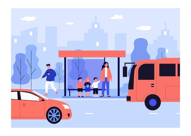 Uśmiechnięta kobieta stojąca z dziećmi na przystanku autobusowym płaska ilustracja