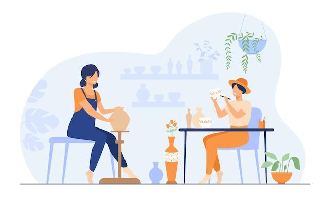 Uśmiechnięte artystki tworzące ceramiczny wazon z gliny izolowanych płaskich ilustracji wektorowych. ceramicy z kreskówek wykonujący kolorowe wyroby ceramiczne.