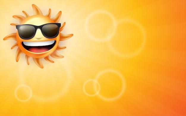 Uśmiechnięte gorące żółte słońce z promieniami