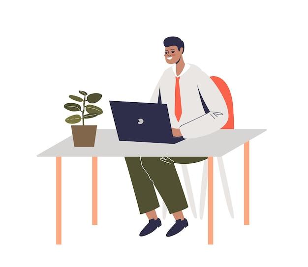 Uśmiechnięty biznesmen afryki pracy na komputerze przenośnym siedzi na biurko. kreskówka mężczyzna pracownik biurowy lub kierownik wpisując na pulpicie.