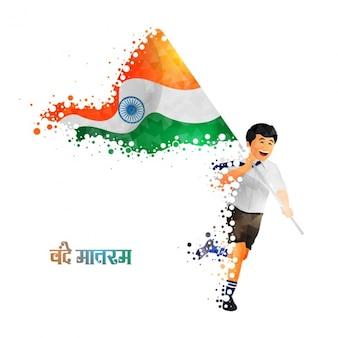 Uśmiechnięty chłopiec biegający z flagą indii tle
