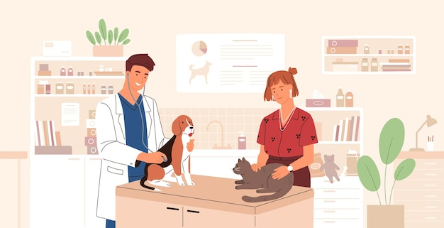 Uśmiechnięty lekarz weterynarii bada psa i kota. lekarz weterynarii leczy urocze zwierzaki