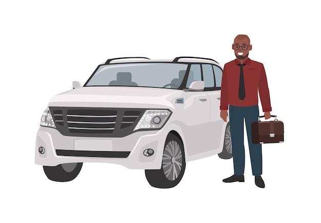 Uśmiechnięty mężczyzna ubrany w biznesowe ubrania i trzymając teczkę stojącą obok luksusowego samochodu.