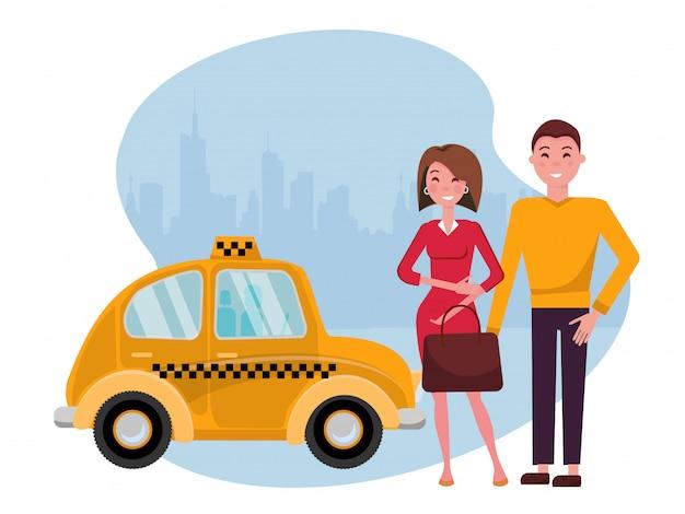 Uśmiechnięty młody mężczyzna i kobieta stoją obok ślicznej żółtej taksówki na tle wielkiego miasta. wygodna koncepcja miejskich podróży dla młodych ludzi biznesu. ilustracja kreskówka płaski wektor