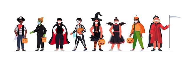 Ustaw mieszankę wyścigu dzieci w maskach noszących różne kostiumy wesołego halloween party uroczystość koronawirusa koncepcja kwarantanny