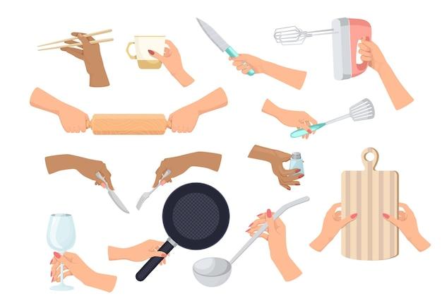 Ustaw ręce z naczyniami na białym tle. kobiece ręce trzymając nóż, mikser i wałek do ciasta, patelnię, chochlę do zupy, tokarz z solą lub deską do krojenia. ilustracja kreskówka wektor