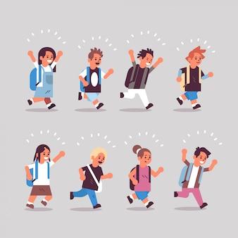 Ustawić grupę dzieci w wieku szkolnym z plecakami z powrotem do koncepcji edukacji szkolnej różnych płci męskiej uczennic zabawę kolekcja płaskiej pełnej długości poziomej