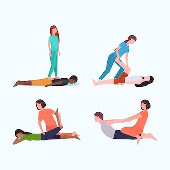 Ustawić osobistych trenerów wykonujących ćwiczenia rozciągające z pacjentem instruktorem fitness pomagającym pacjentowi rozciągać mięśnie różne pozy koncepcje treningowe kolekcja płaska pełna długość pozioma
