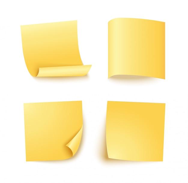 Uwaga arkusz żółtego papieru z innym cieniem. pusty post na wiadomość, listę zadań, pamięć. zestaw czterech karteczek na białym.