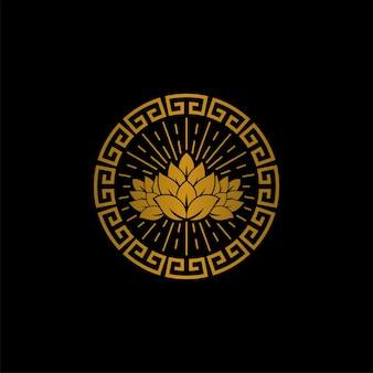 Vintage browar piwny z okrągłym złotym starożytnym greckim ornamentem logo design