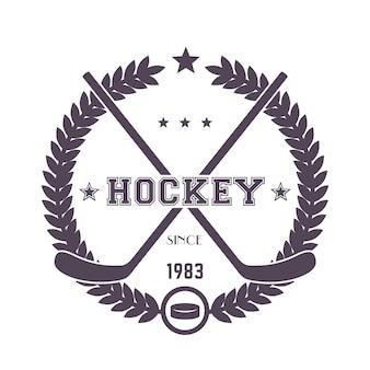 Vintage emblemat hokejowy, logo ze skrzyżowanymi kijami i krążek na białym