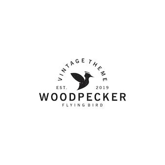 Vintage logo dzięcioła latającego ptaka