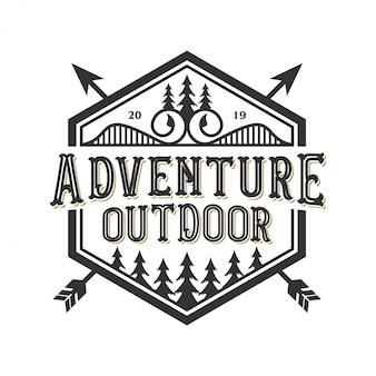 Vintage logo na zewnątrz z elementami górskimi