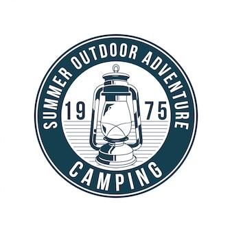 Vintage logo, nadruk odzieży, ilustracja godła, naszywka, znaczek ze starą lampą gazową do podróży, zwiedzania, oświetlenia w lesie. przygoda, podróż, letni camping, outdoor, podróż.