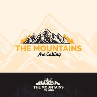 Vintage logo namiot kempingowy i ognisko w leśnej górskiej sosnowej przygodzie na świeżym powietrzu