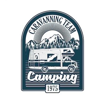Vintage logo, wzór nadruku, ilustracja godła, naszywka, znaczek z klasycznym rodzinnym samochodem kempingowym do karawaningu w górach. przygoda, podróż, letni camping, outdoor, naturalna podróż