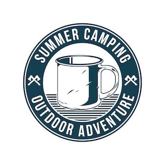 Vintage logo, wzór nadruku, ilustracja godła, naszywka, znaczek z klasycznym starym metalowym kubkiem do picia wody herbata kawa w podróży. przygoda, podróż, letni camping, outdoor, podróż.