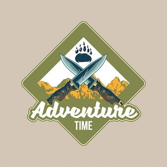 Vintage logo, z łapą niedźwiedzia grizzly, krzyżem dwóch starych noży i górami. przygoda, podróż, letni camping, outdoor, podróż.
