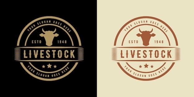 Vintage logo zwierząt gospodarskich z krową odpowiednią do steków z kurczaka z krów i hodowli zwierząt