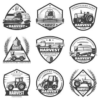 Vintage monochromatyczne etykiety maszyn rolniczych zestaw z kombajnami do zbioru pojazdów ciągniki ładowarkowe do transportu upraw na białym tle
