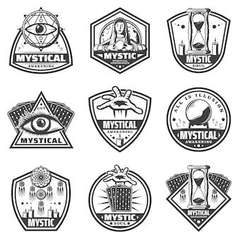 Vintage monochromatyczne mistyczne etykiety z literami runicznymi księżyc wróżki i różnymi magicznymi przedmiotami na białym tle