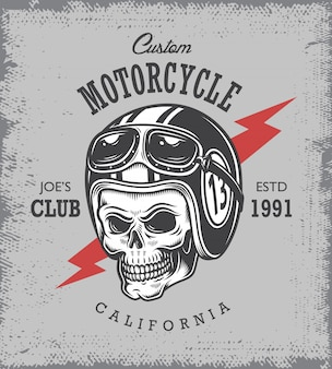 Vintage motocyklowy nadruk z czaszką w kasku motocyklowym na tle folwarku.