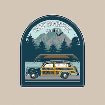 Vintage naszywka ze starym samochodem kempingowym do podróży i drewnianym kajakiem na dachu na wycieczkę po rzece. przygoda, letni camping, outdoor, naturalny, koncepcja.